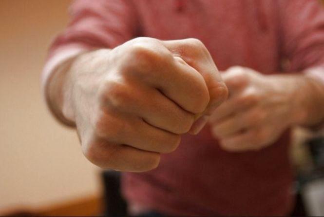 У Тернополі двоє молодиків на зупинці побили і пограбували чоловіка