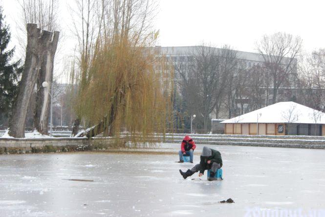 """""""Хоч і провалювався під лід, а риби то хочеться"""". Рибалки вже вийшли на кригу Тернопільського ставу"""