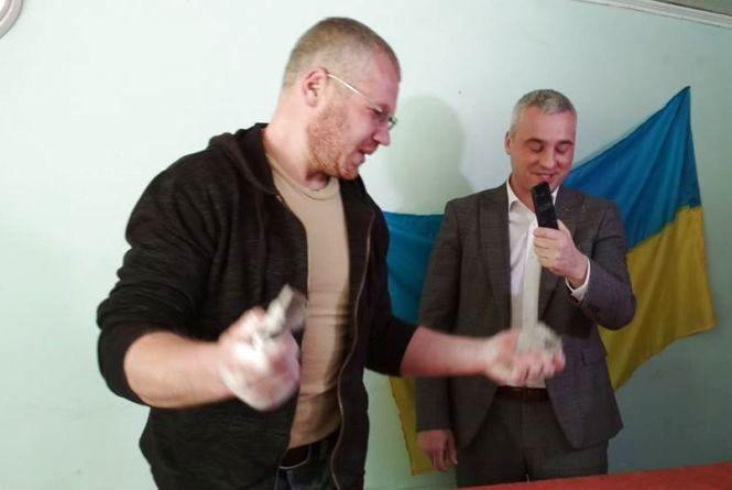 У Тернополі встановили рекорд: Андрій Балабух розірвав три колоди карт