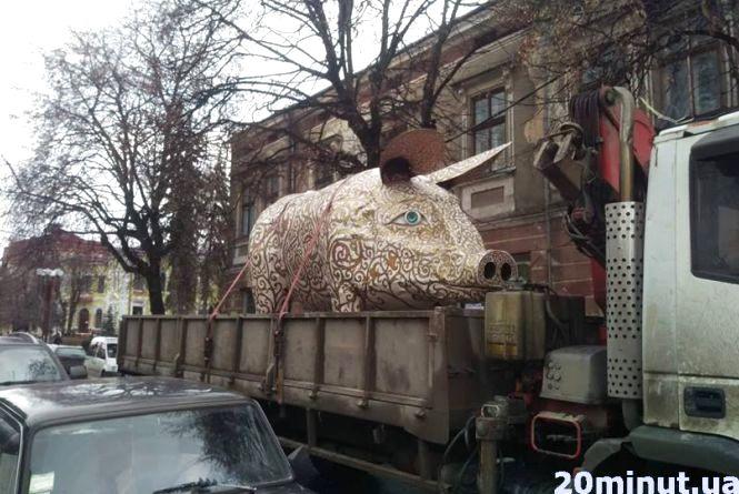 Фото дня: На Театральний майдан привезли свиню