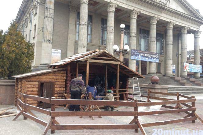 Фото дня: У Тернополі встановлюють різдвяну шопку