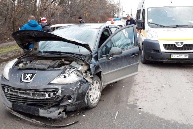 Аварія на Микулинецькій: зіткнулись Peugeot та «Жигулі»
