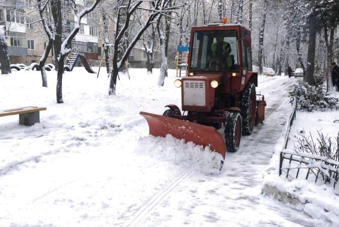 За неприбрані від снігу двори відповідають ЖЕКи та ОСББ, за дороги - комунальники