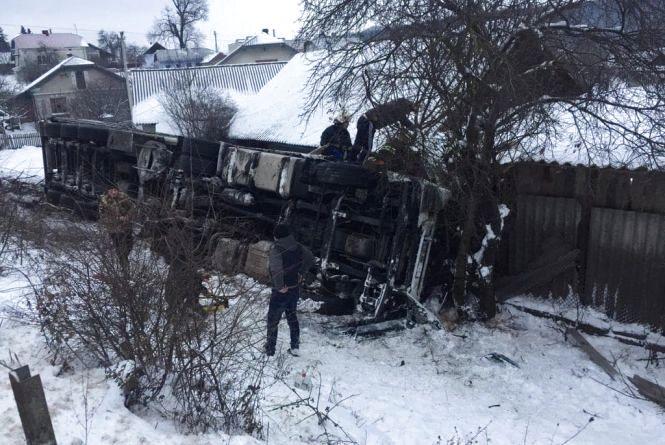 В ДТП під Кровінкою загинув 28-річний пасажир іноземної фури. Вантажівка в кюветі (оновлено)