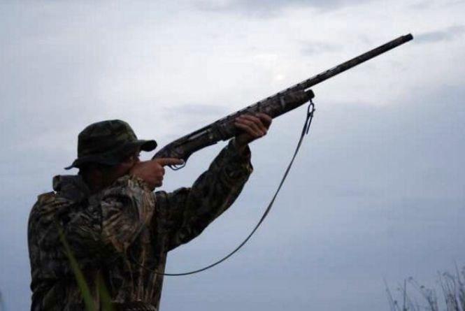 Чоловік на полюванні отримав вогнепальне поранення в груди та шию