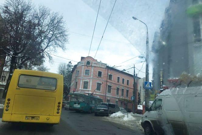 На Острозького - обрив тролейбусної лінії