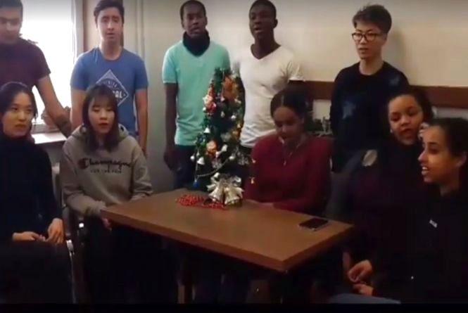 """Відео дня: іноземні студенти ТНЕУ заспівали """"Старий рік минає"""""""