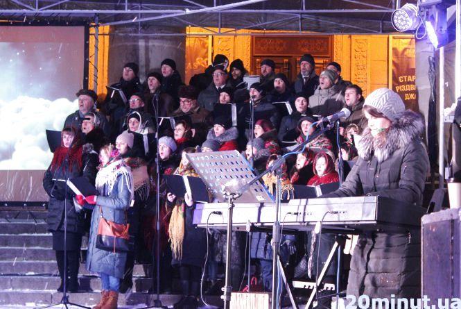 Сотні тернополян на Театральному майдані святкують Різдво