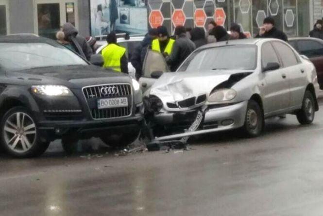 На Бандери аварія: зіштовхнулось дві автівки