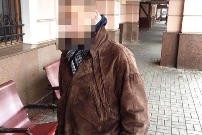 У Тернополі на вокзалі патрульні затримали злодія