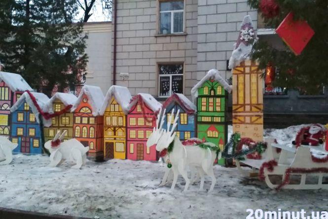Фото дня: біля третьої школи - казкові будиночки, олені та кролики