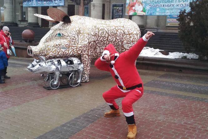 Фото дня: Тернополянин у костюмі Санти розважає людей на Театральному майдані