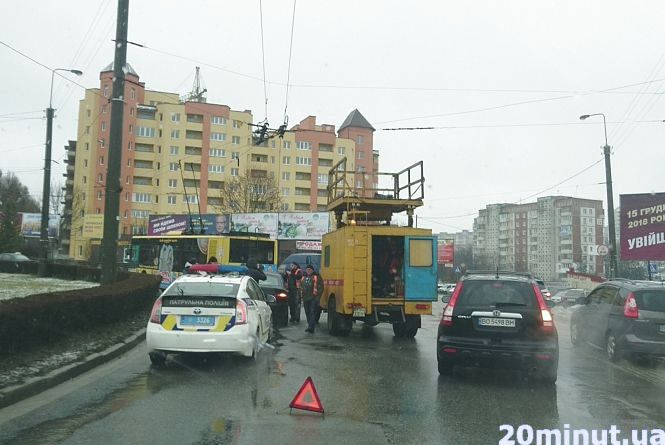 На Злуки обірвалася тролейбусна лінія,  водієві пошкодило авто