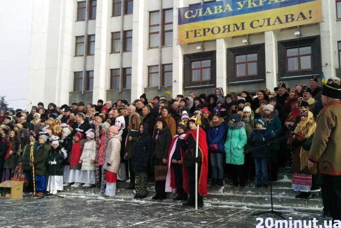 """#колядачелендж: під Тернопільською ОДА близько 300 людей заспівали """"Нова радість стала"""" (пряма трансляція)"""