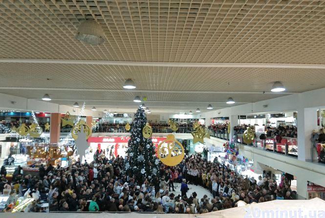 У Тернополі встановили рекорд: більше тисячі людей долучилось до спільної коляди (відео)