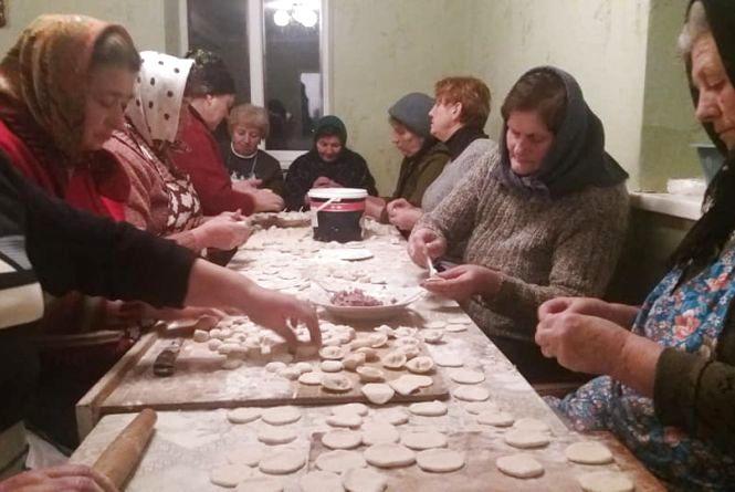 Священик і парафіяни з Білозірки наліпили 5 тисяч пельменів на передову