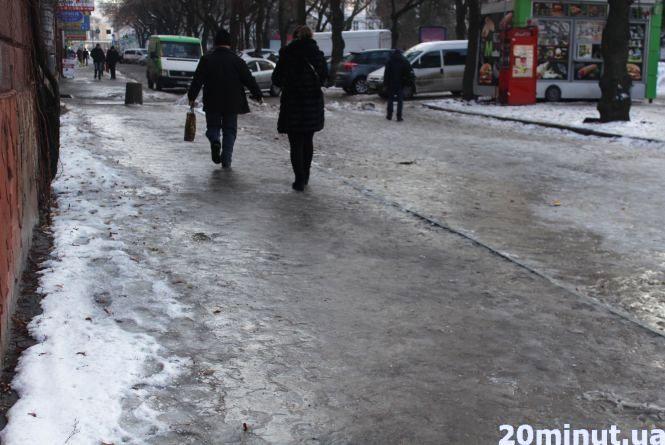 Ранок із синцями: на дорогах і тротуарах у Тернополі - скло