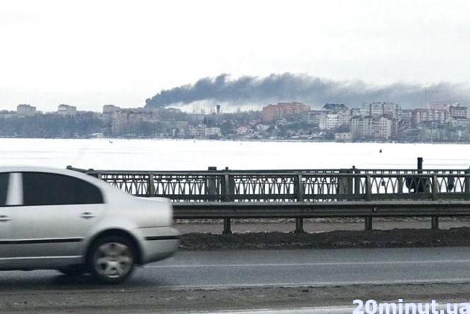 На території Комбайнового заводу горить сміття і шини