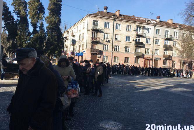 Фото дня: біля Катедри сотні людей вишикувались в чергу за свяченою водою