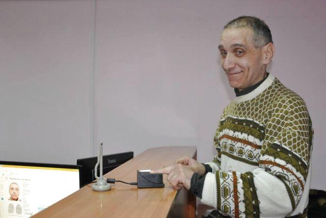 """""""Все свідоме життя був без документа"""": тернополянин отримав  перший паспорт у 53 роки"""