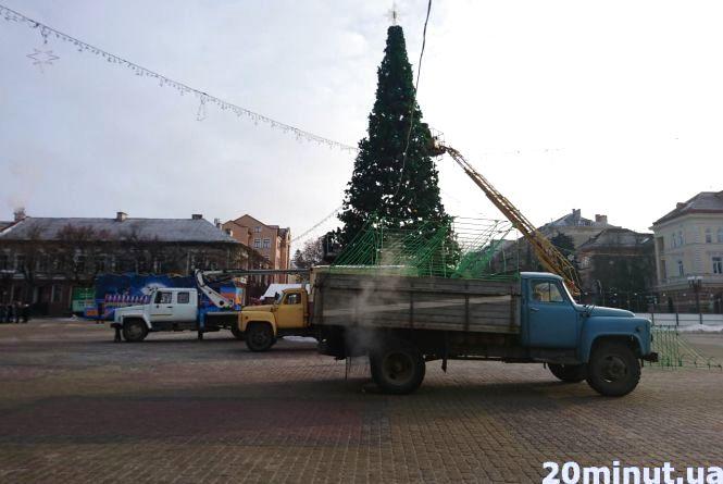 Фото дня: центральну ялинку Тернополя розбирають