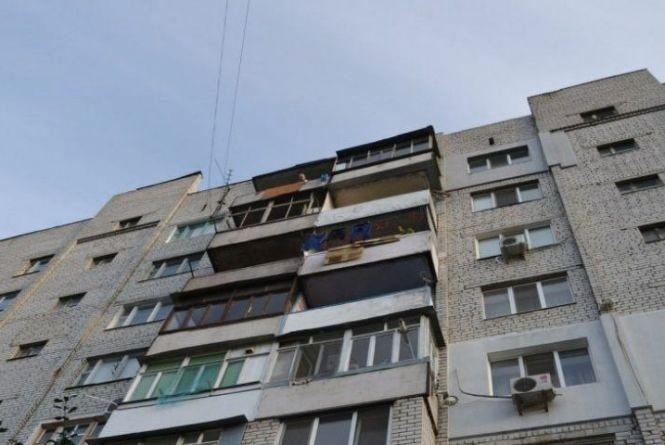 На Тернопільщині 17-річна дівчина випала з балкону