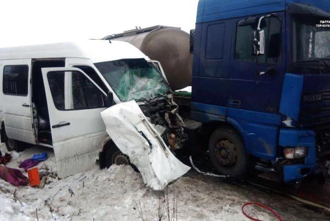 """Смертельна аварія на Тернопільщині: водій на """"Мерседесі"""" зіткнувся із  вантажівкою"""