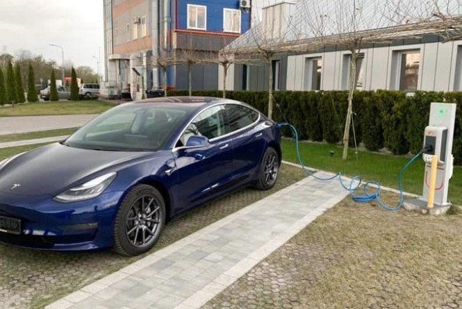 Першу в Україні офіційну Tesla Model 3 європейської версії замовив автовласник з Тернополя