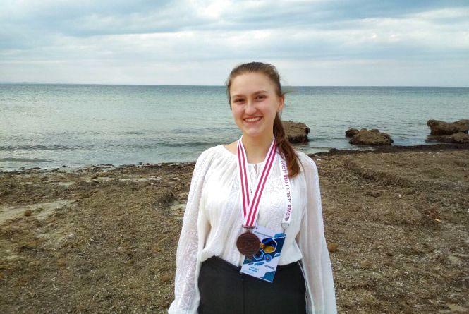 Тернопільська школярка, яка досліджує лінзи, отримала медаль в Тунісі