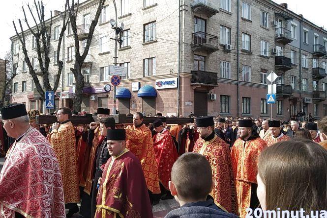 У Тернополі відбулася хресна хода. Разом молилися тисячі вірян