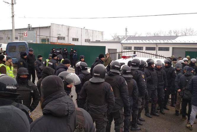 Десятки поліцейських та активісти, що підтримують власників: подробиці конфлікту в АТП на Гайовій