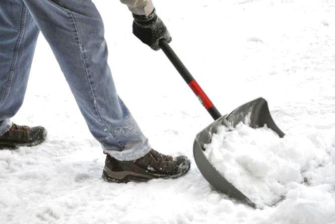 Конфліктував з дружиною - тепер розчищає сніг.  На Тернопільщині сімейного дебошира відправили на громадські роботи