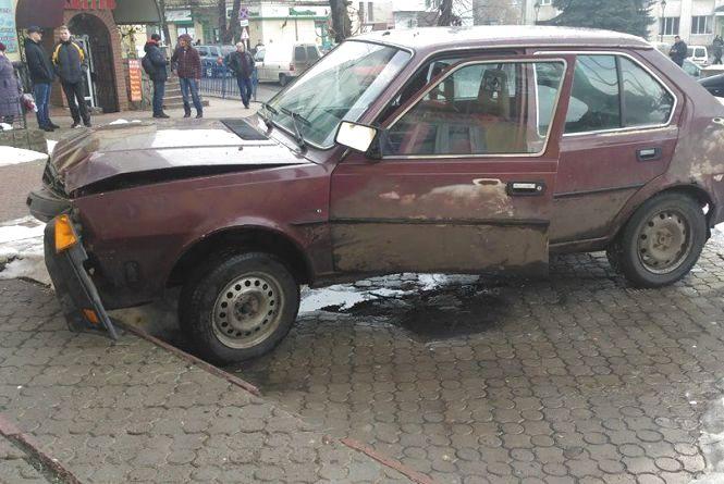 ДТП в Бучачі: відмовили гальма і авто знесло дерево