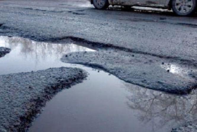 У Тернополі латають глибокі вибоїни на дорогах