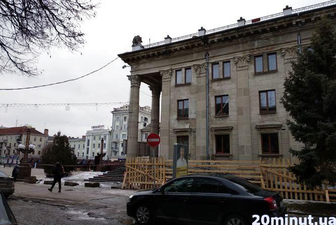 Драмтеатр буде обгороджений до літа. Триває ремонт даху