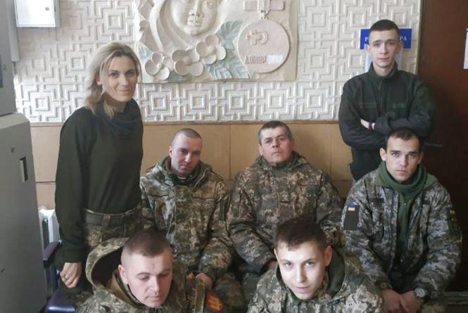 Тернопільські артилеристи здали кров для маленької недоношеної дівчинки