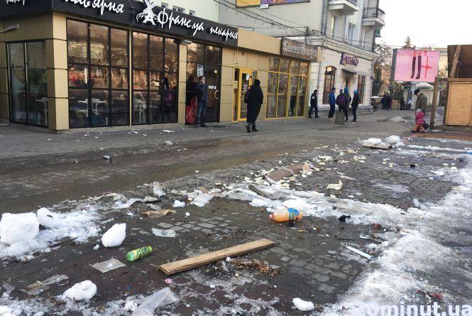 На Театральному майдані забрали кіоски, а купи сміття залишились