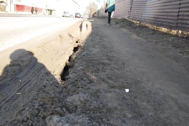 """""""Посеред тротуару на Збаразькій десятисантиметрові ями"""", - скаржаться тернополяни"""