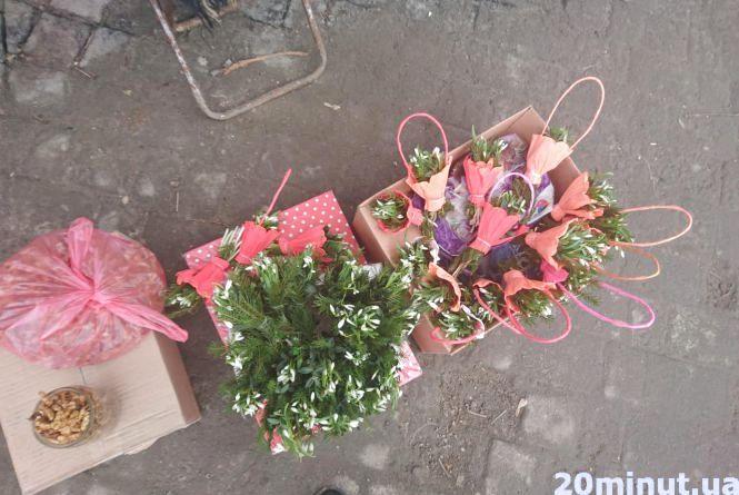 В Тернополі уже продають підсніжники. Продавці кажуть, що  квіти з теплиць