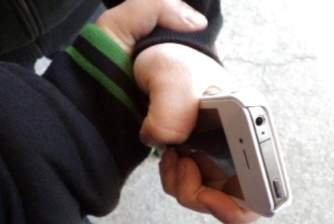 Злодій у парку виманив телефон у школяра