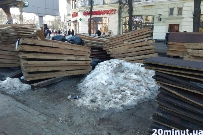 Фото дня: на Театралці після свят залишились розібрані дерев'яні кіоски