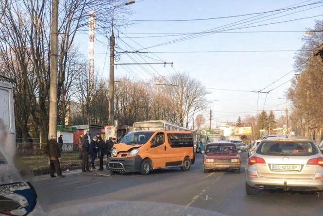 На Злуки аварія за участю тролейбуса.  Кілька вулиць в заторах (оновлено)