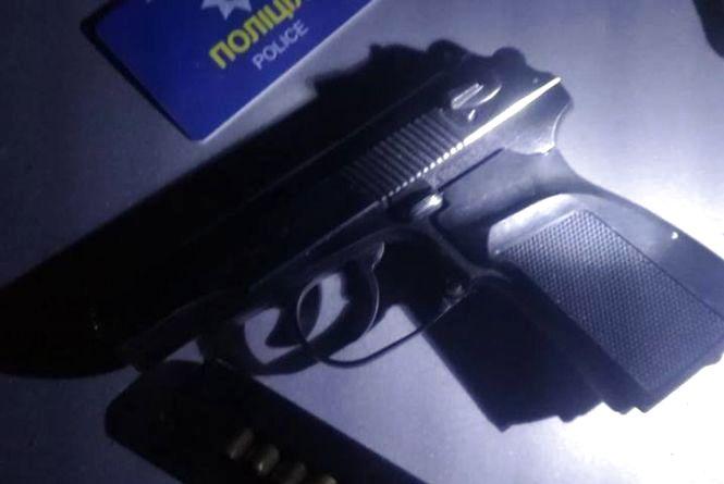 """У Тернополі затримали """"липового"""" поліцейського під """"кайфом"""" з пістолетом і наркотиками"""