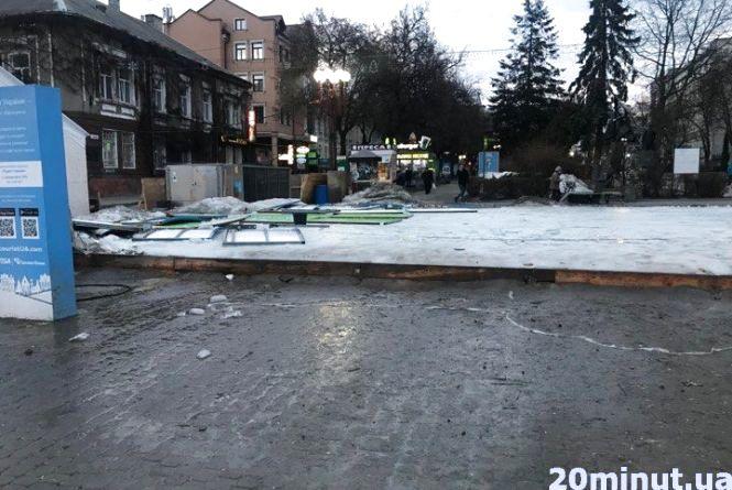 Фото дня: ковзанку в центрі Тернополя почали топити