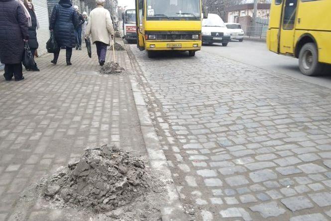 Тернополяни скаржаться на купи болота на тротуарах і дорозі