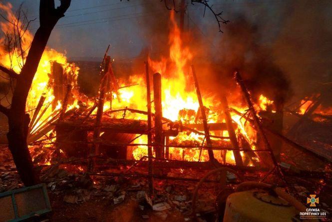 Пожежа на Тернопільщині: вогонь перетворив будівлю на купу попелу