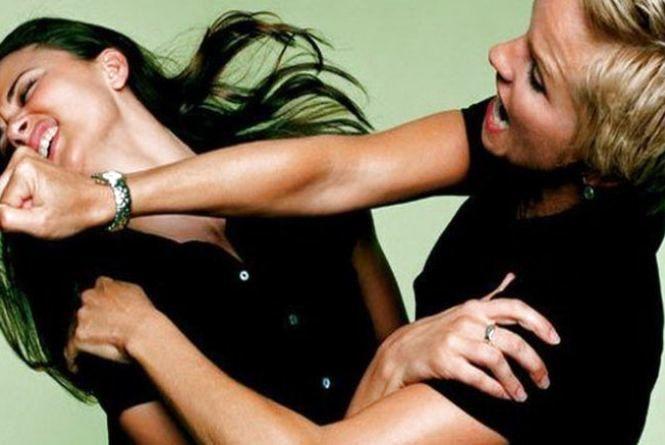 У нічному клубі на Тернопільщині школярка побила молоду жінку