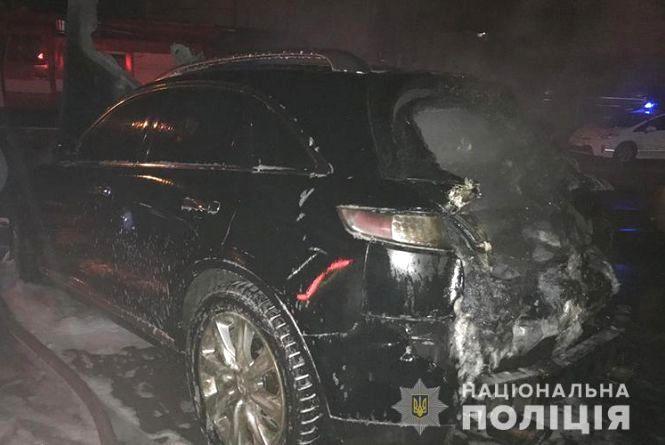 У Тернополі вночі невідомі спалили автомобіль Infiniti FX35
