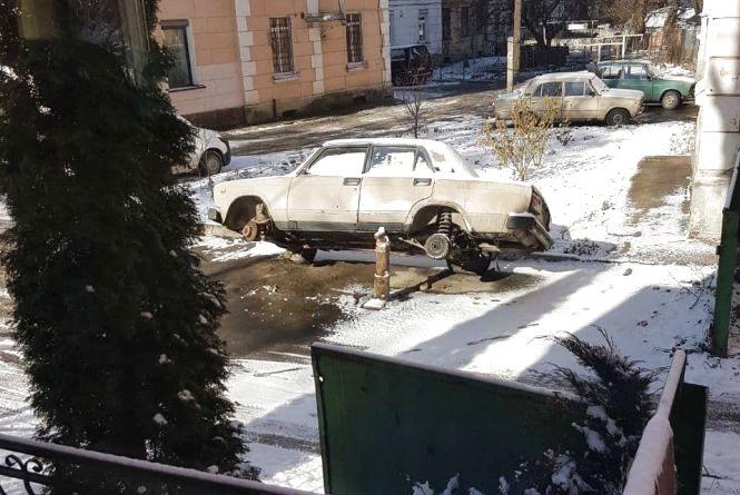 У Тернополі водій залишив автомобіль небезпечно нахиленим