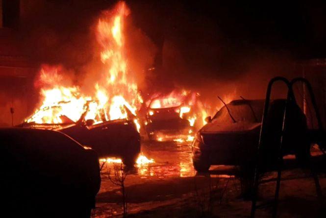 """На """"Алясці"""" вночі  згоріли два автомобілі Kia"""